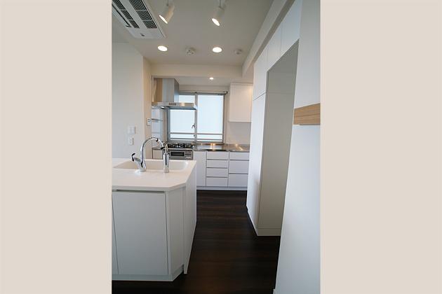 既存キッチンをカタチ・色とも変えた大胆な活用法