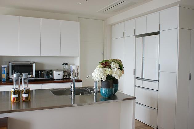 かさばる家事道具もすっぽり入るキッチン収納