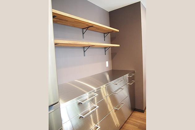 優しく調和するステンレスの食器棚