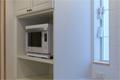 フレンチスタイルのキッチンの家電のための食器棚