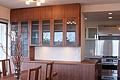 ダイニングテーブルの素材と合わせた食器棚