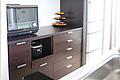 既存のキッチンに合わせた木の表情の食器棚