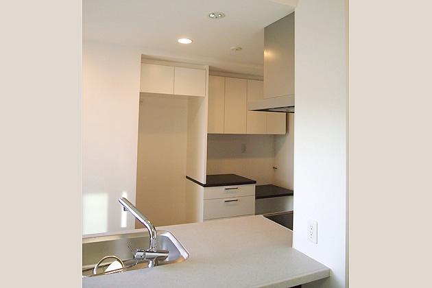 家電スペースの有効活用を意識した食器棚