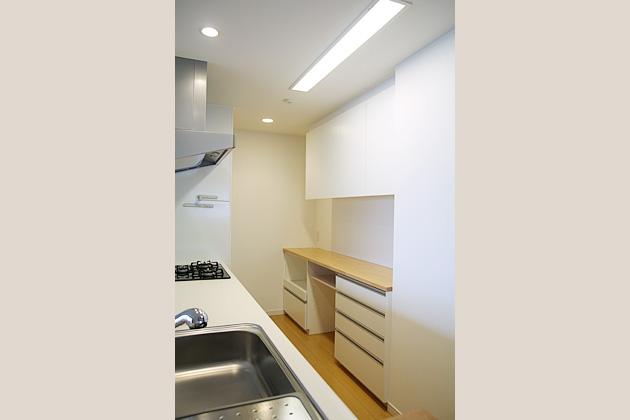 使い慣れた雑貨や家電を活かして作った食器棚