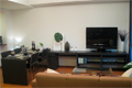 TVボードとダイニングテーブルが一体になった壁面活用