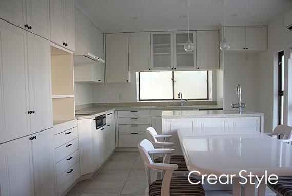 白と黒のフレンチスタイルのオーダーキッチン